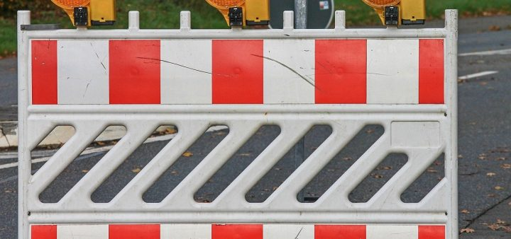 Location barrière de chantier : les avantages par rapport à l'achat